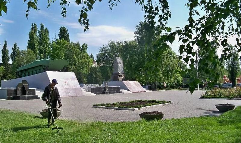 Декоративные вазоны, обновленные флаги, современные клумбы — Першотравенск готовится ко Дню города