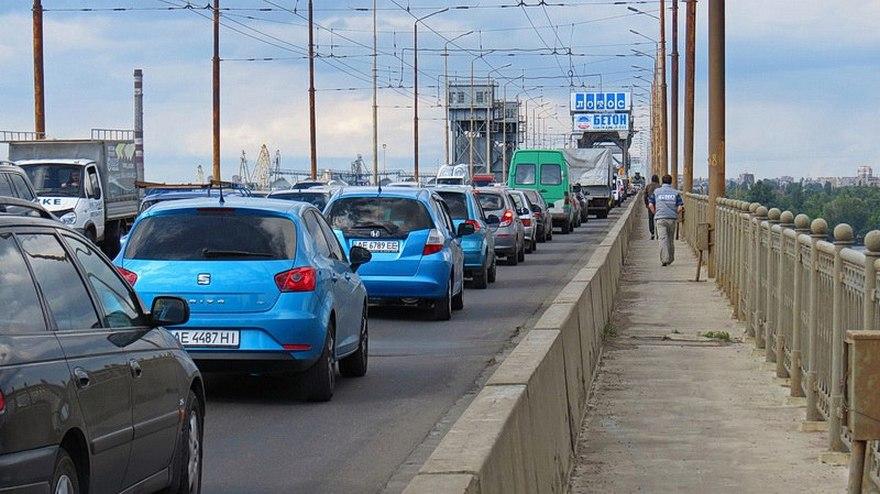 """ДТП на мосту в Днепре: столкнулись """"Mitsubishi"""" и """"Nissan"""" (фото)"""