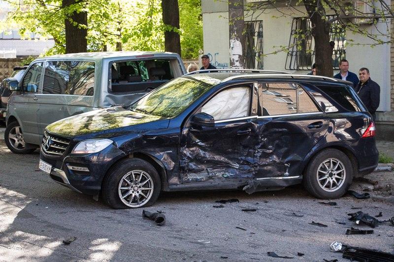 """ДТП в центре Днепра: столкнулись """"Mercedes"""" и """"Porsche"""", есть пострадавшие (фото)"""