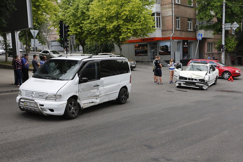 """ДТП в Днепре: """"BMW"""" врезался в """"Mercedes"""" (фото, видео)"""