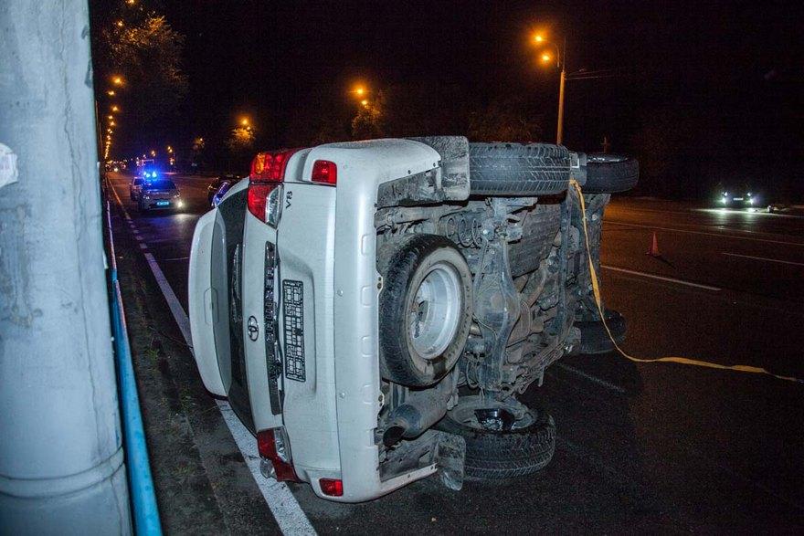 """ДТП в Днепре: на Слобожанском проспекте перевернулся автомобиль """"Toyota Land Cruiser"""" (фото)"""