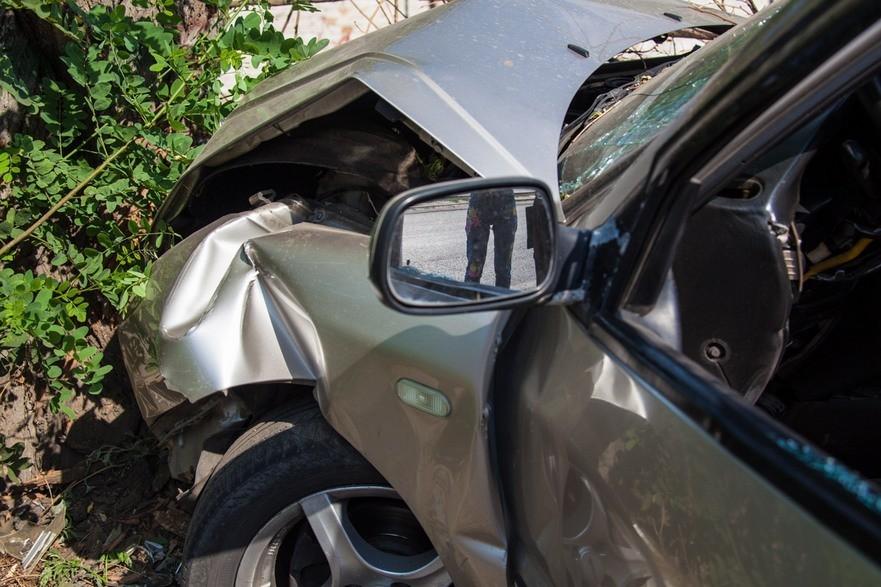 "ДТП в Днепре: водитель на ""Chery"" врезался в дерево (фото)"