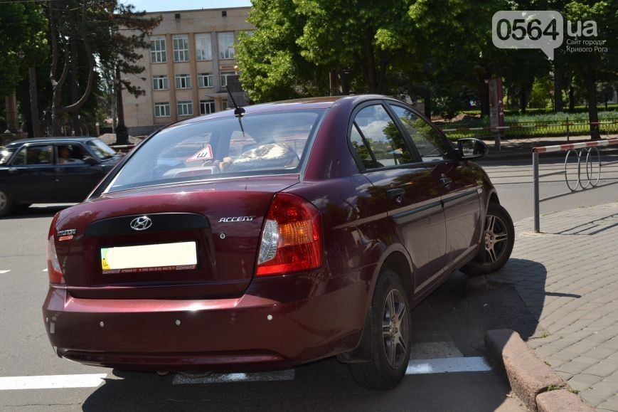 "Грузовик выбил ""Hyundai"" на тротуар (фото)"