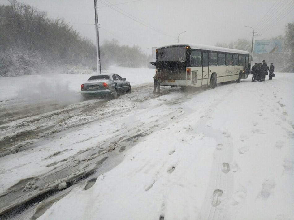 Хроники непогоды: не работает транспорт, стоит первый трамвай (фото)