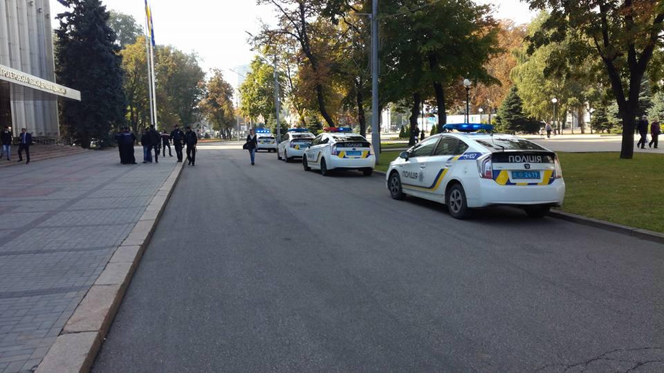 Из Днепропетровской ОГА эвакуируют людей: что произошло (фото)