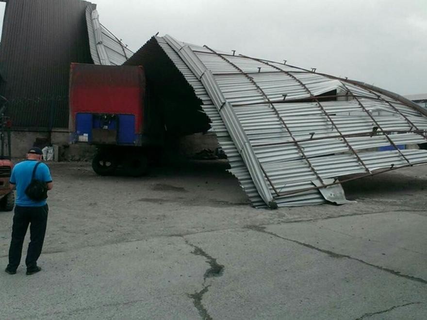 Как во время торнадо: в Днепре на завод прилетела крыша (фото)