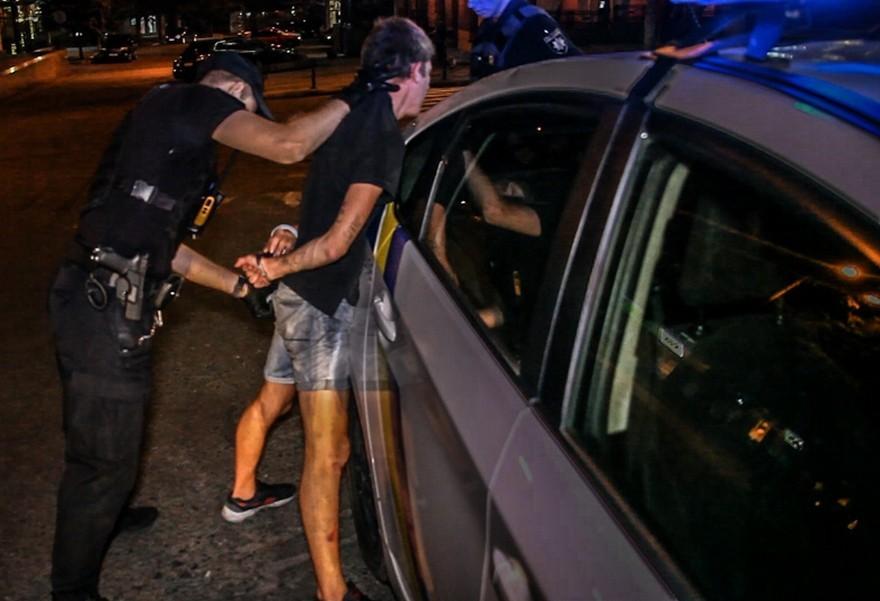 Крики и угрозы: полицейские задержали парней, устроивших драку (фото, видео)