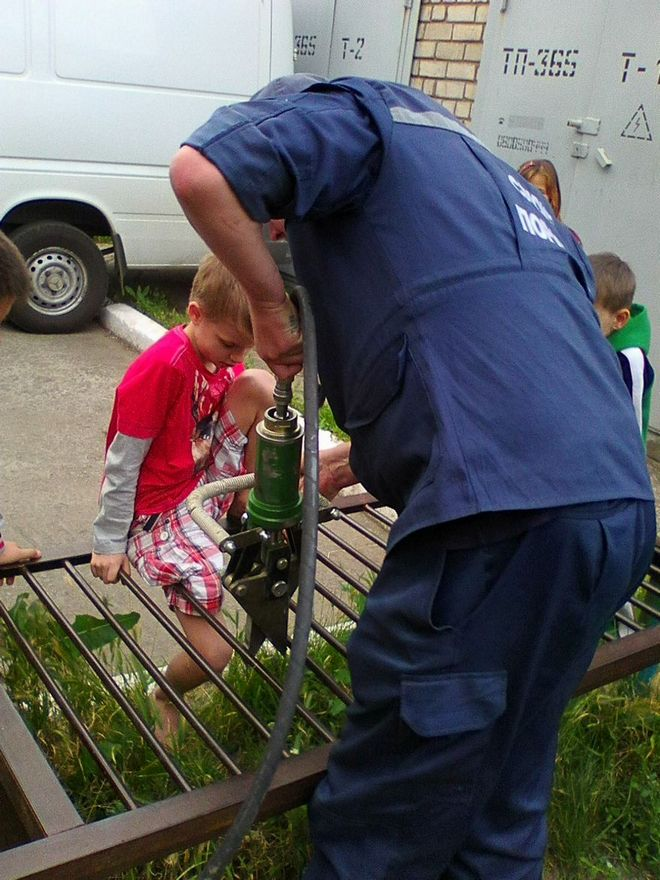 Мальчик застрял в металлической конструкции для выбивания ковров (фото)