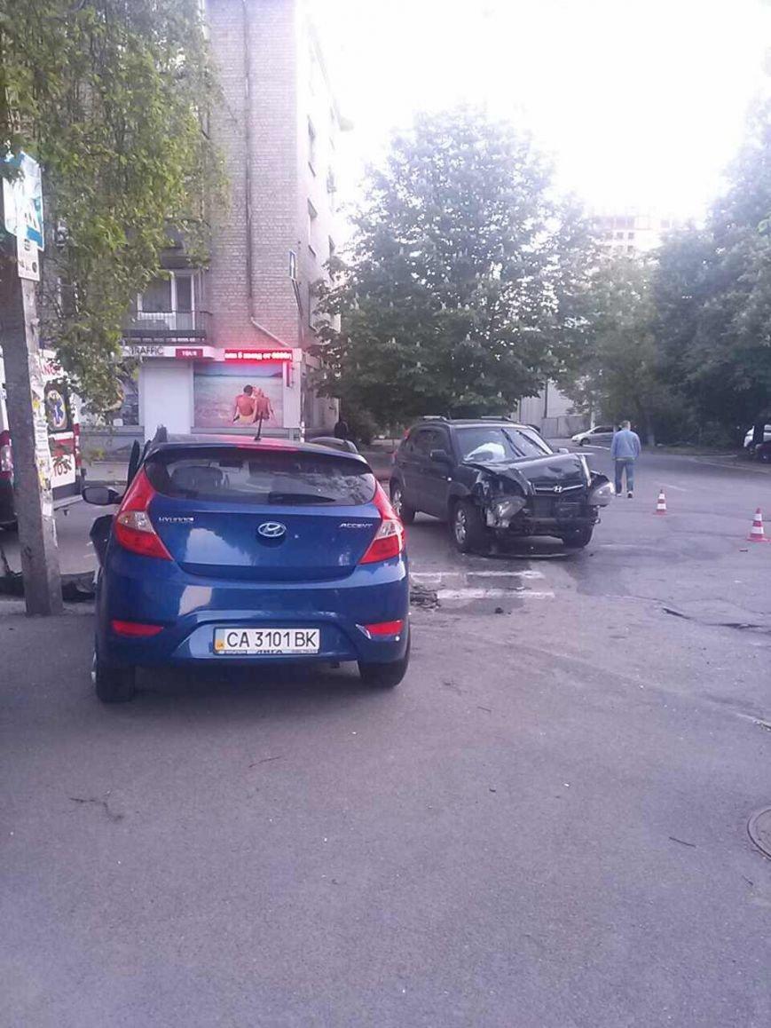 Машины «всмятку»: в Днепре не поделили дорогу две иномарки