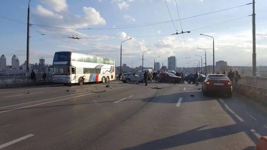 Масштабное ДТП на Новом мосту в Днепре: пострадали 9 автомобилей (фото, видео)