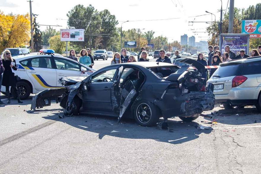 Масштабное ДТП в Днепре: столкнулись 7 автомобилей, пострадала девушка (фото, видео)