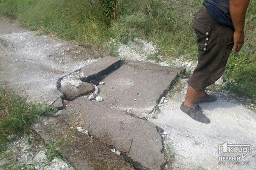 Металлоломщики повредили асфальт в поисках наживы (фото)