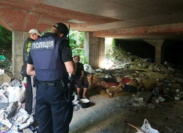 На бульваре Кучеревского мужчина умер на глазах у сожительницы