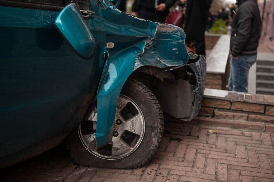 """На проспекте Яворницкого """"Chevrolet"""" врезался в ступеньки детского магазина (фото)"""