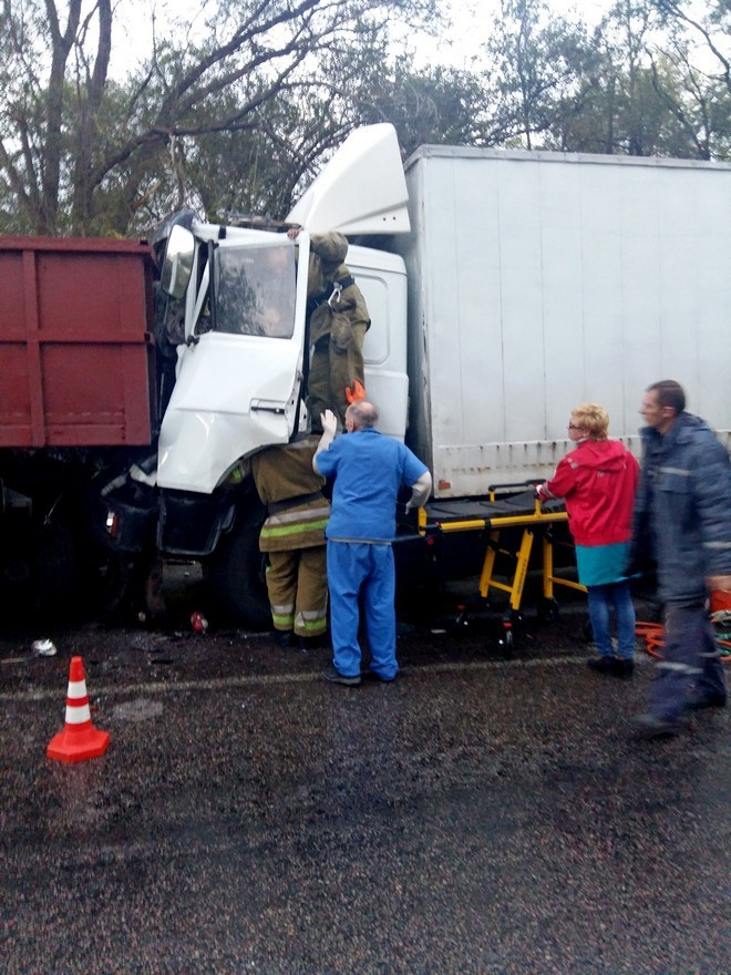 "На трассе столкнулись два ""МАЗа"": водителя ""вырезали"" из грузовика (фото)"