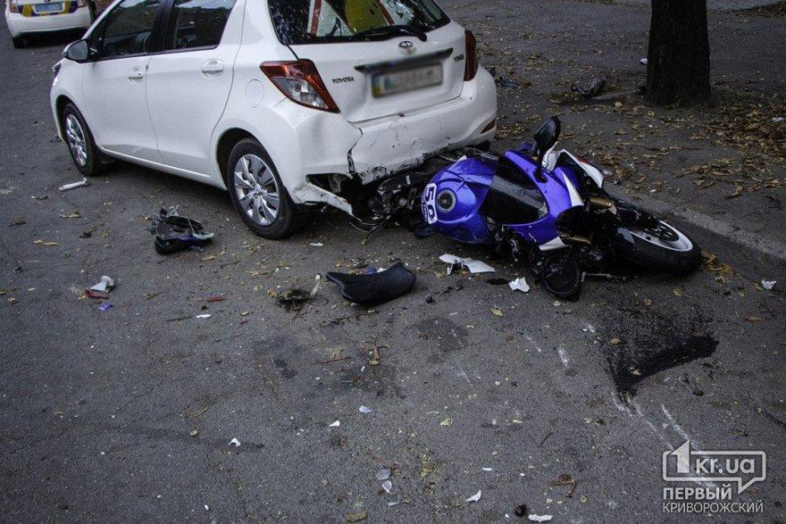 Неудачный трюк: мотоциклист влетел в припаркованный автомобиль (фото)