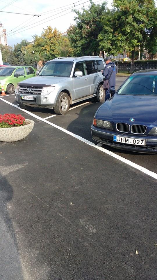 Парковка возле горсовета теперь платная: сколько придется заплатить? (фото)