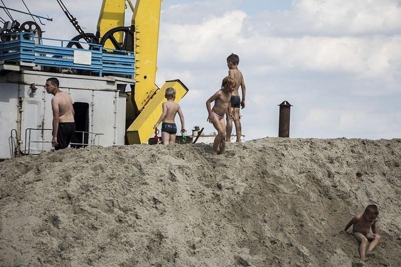 Плавучий кран и горы песка: что происходит на Монастырском острове