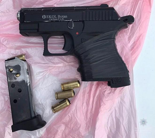 Полицейские задержали мужчину с шумовым пистолетом (фото)