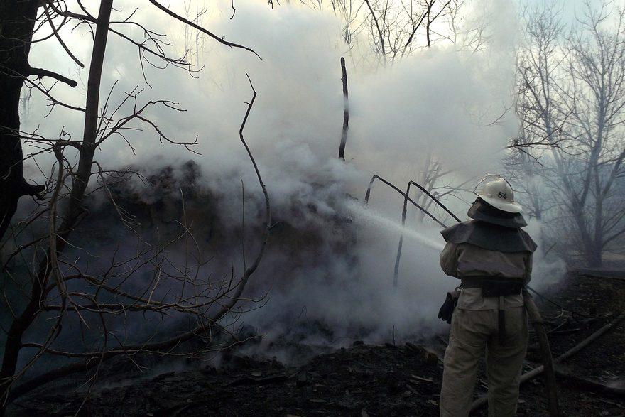 Сильный пожар: загорелся сарай и сеновал (фото)
