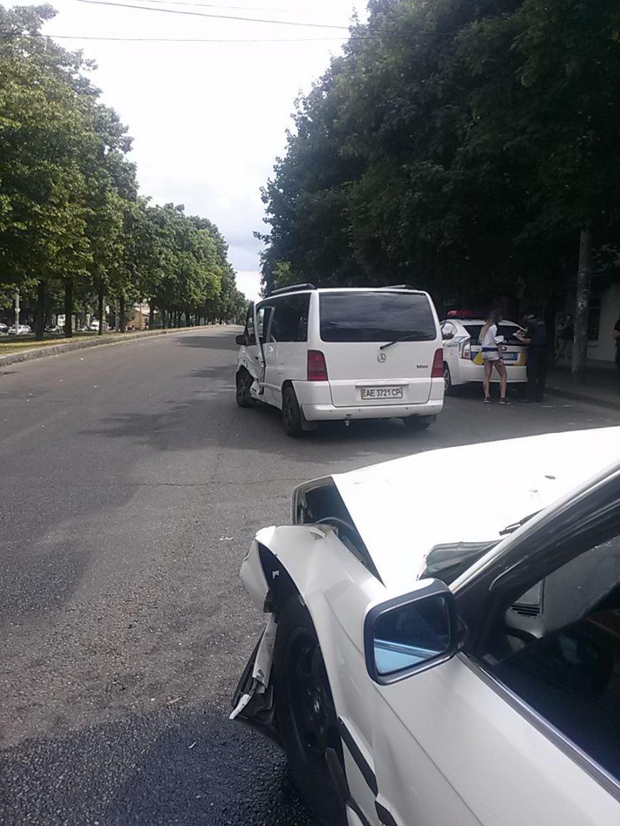 В Центральном районе Днепра BMW протаранил Mercedes