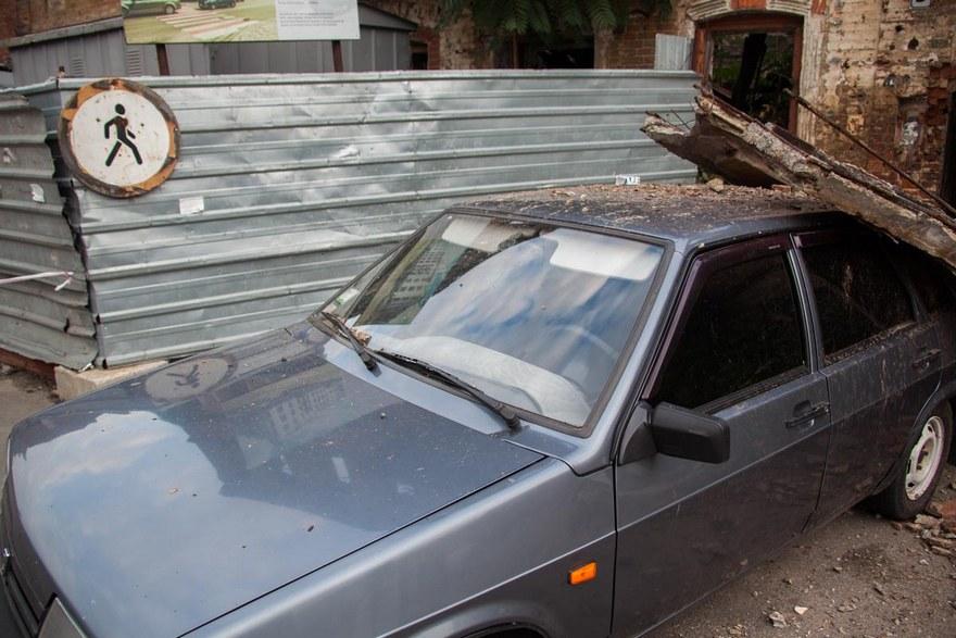 В центре Днепра балкон здания обвалился на автомобиль (фото)