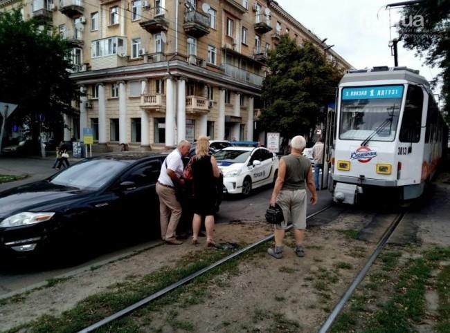 В Днепре из-за аварии встали трамваи (фото)