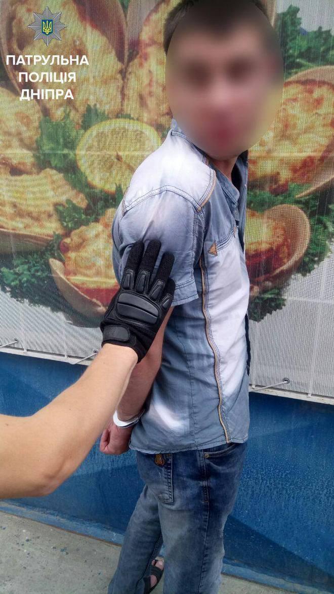 В Днепре мужчина угрожал оружием посетителям магазина (фото)