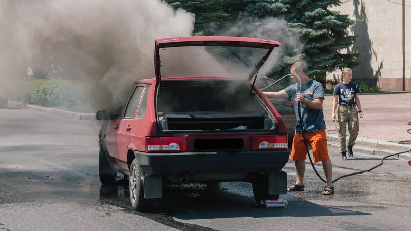 В Днепре на ходу загорелся автомобиль (фото, видео)