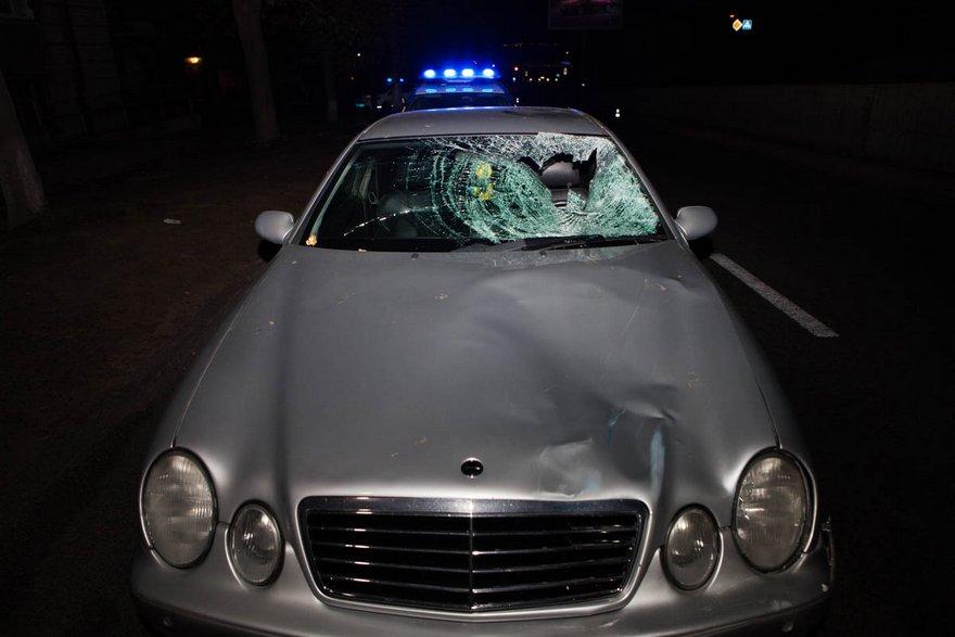 """В Днепре неизвестный на """"Mercedes"""" с иностранными номерами сбил насмерть мужчину и скрылся (фото, видео)"""