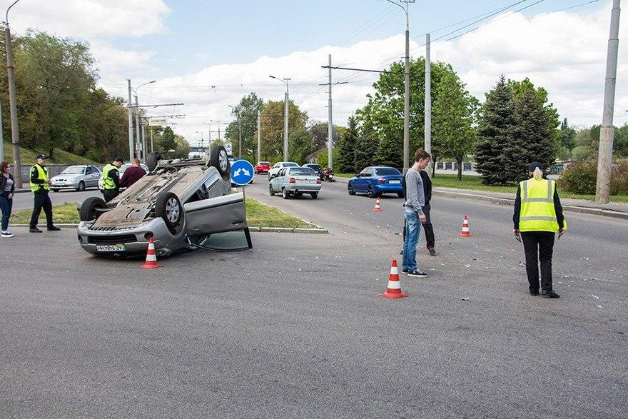 В Днепре под мостом перевернулся учебный автомобиль (фото)