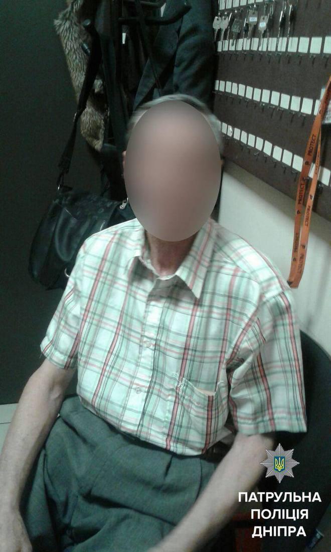 В Днепре полиция задержала мужчину с сепаратистскими листовками (фото)