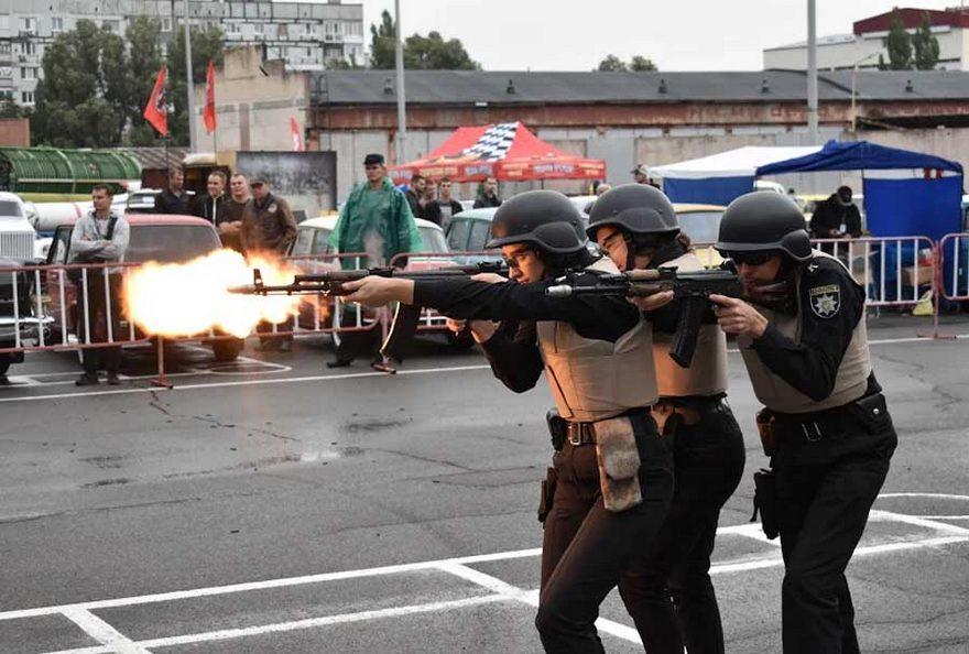 В Днепре школьникам показали как бороться с бандитами