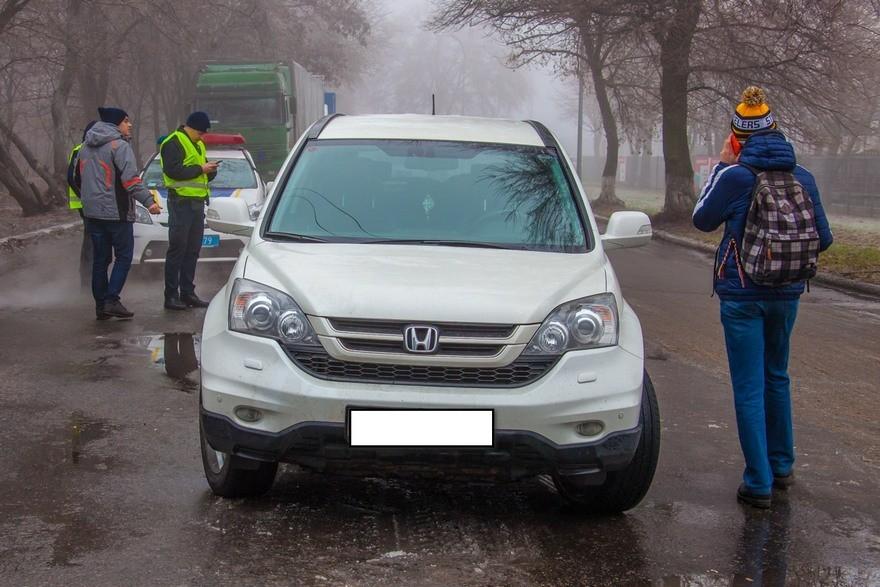 """В Днепре водитель """"Honda"""" """"прокатил"""" на капоте студента (фото)"""