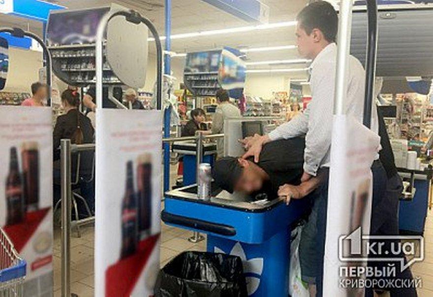 В магазине задержали буйного покупателя (фото)