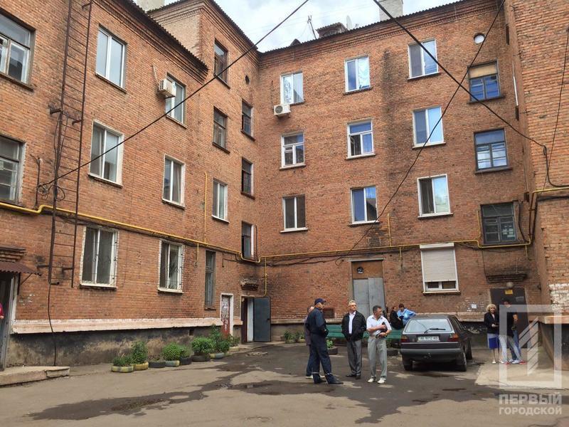 В многоэтажке прогремел взрыв: стёкла разлетелись на несколько десятков метров (фото)