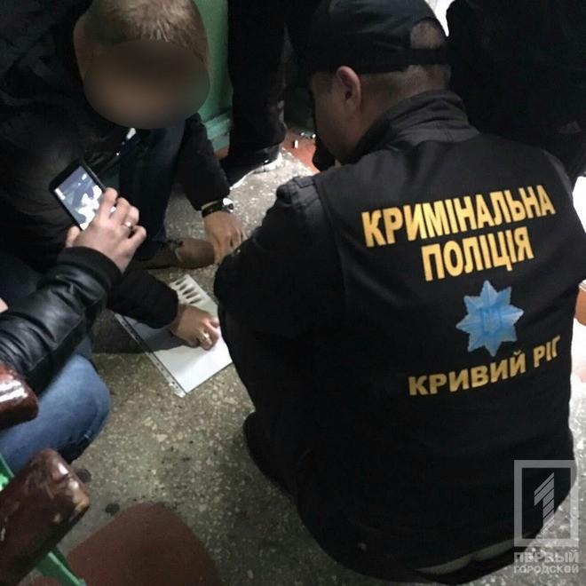 В подъезде полиция задержала троих парней с наркотиками (фото)