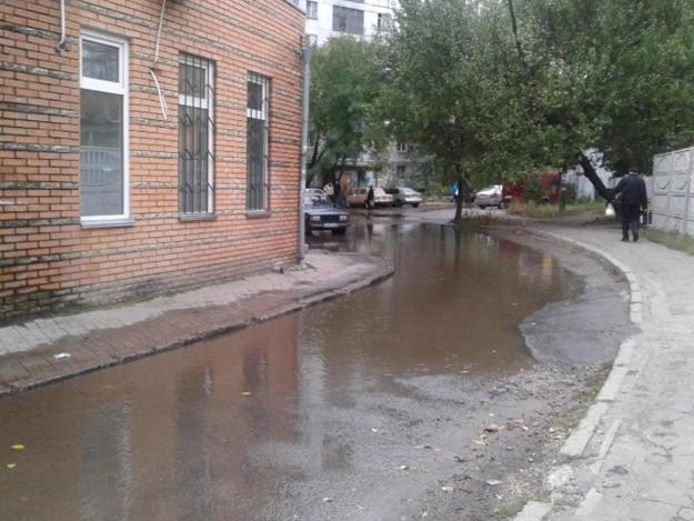 Венеция по-днепровски: затоплена многострадальная улица (фото)
