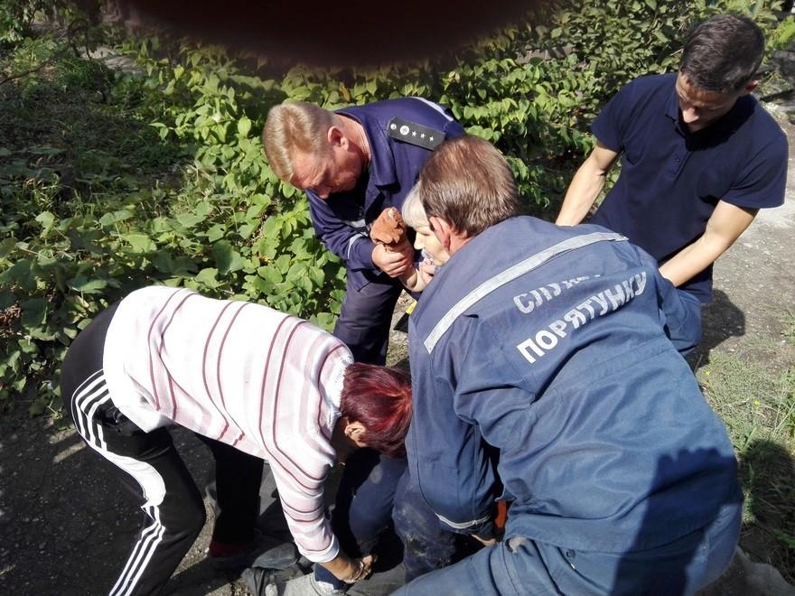 Женщина упала в открытый канализационный люк (фото)