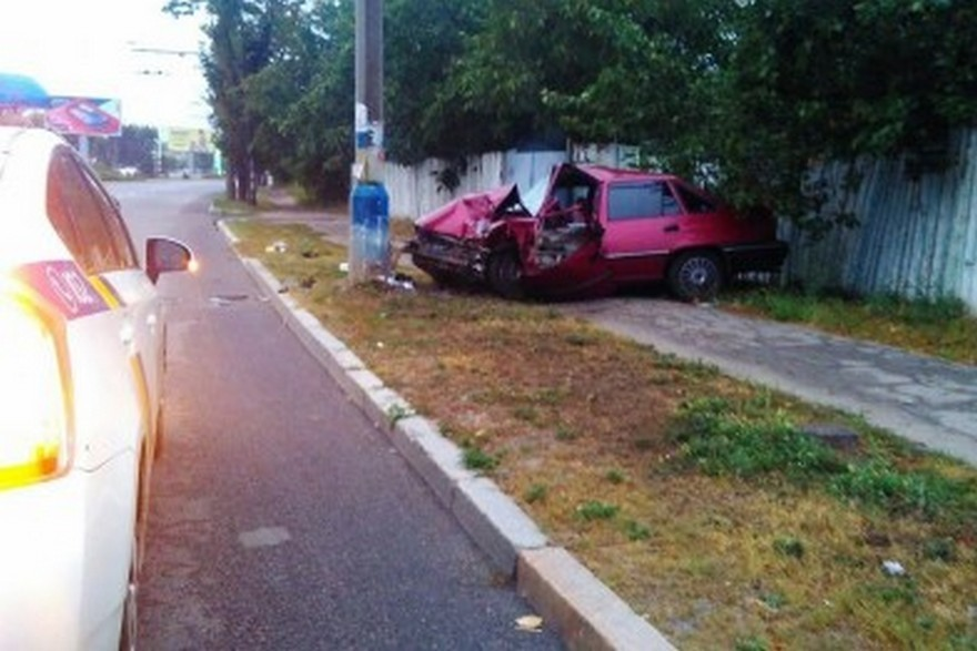 Жесткое ДТП в Днепре: таксист уснул за рулем и врезался в столб (фото)