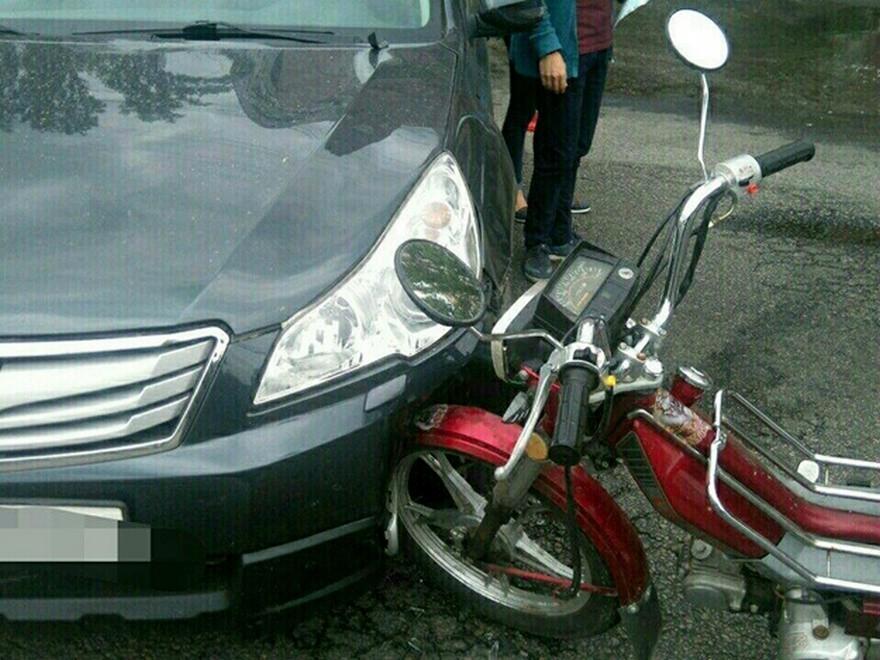 Жесткое ДТП в Днепре: водитель оставил двоих пострадавших и сбежал с места аварии (фото)