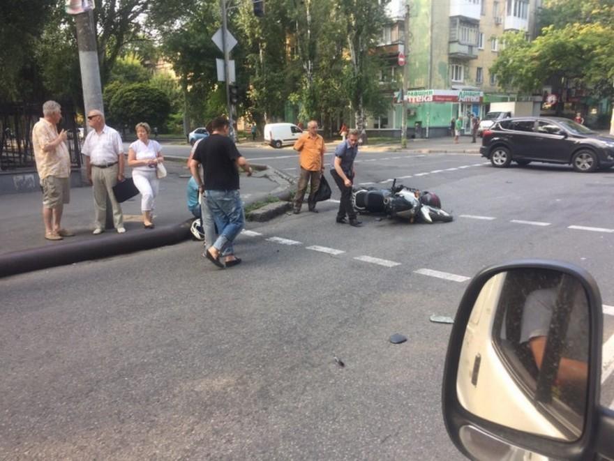 """Жесткое ДТП в Днепре: женщина за рулем """"BMW X5"""" скрылась с места аварии (фото)"""
