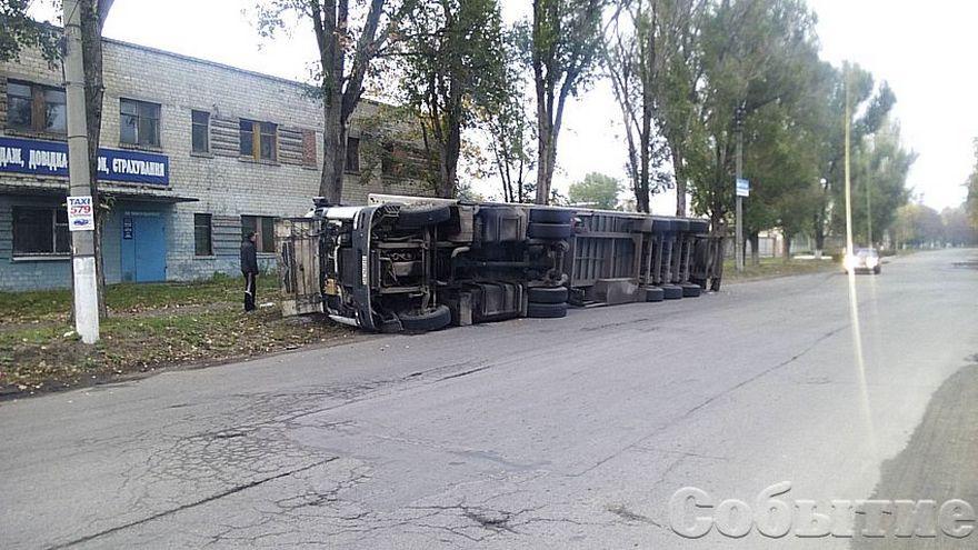 Жесткое ДТП: возле здания МВД опрокинулась фура (фото)