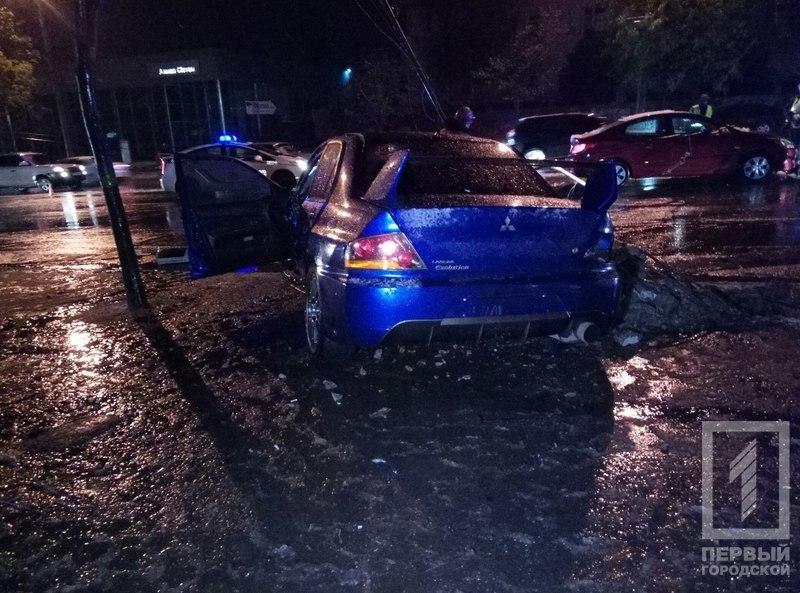 """Жуткая авария: водитель на """"Mitsubishi"""" снес электроопору (фото)"""