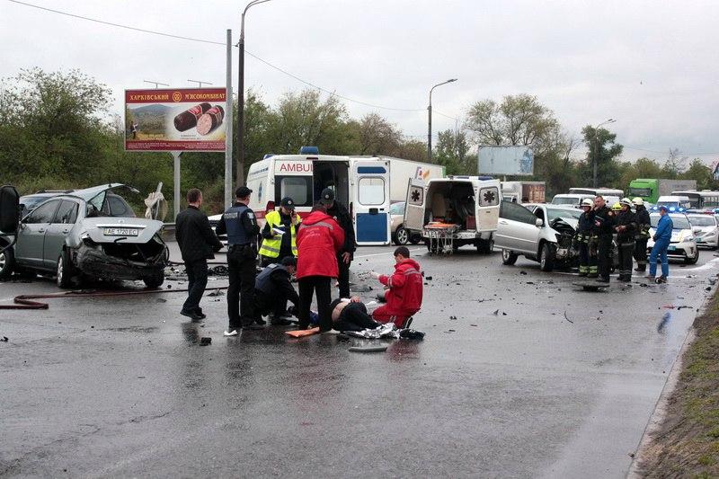 """Жуткое ДТП в Днепре: от столкновения с """"Nissan"""" загорелся """"Lexus"""", пострадали 5 человек (фото, видео)"""